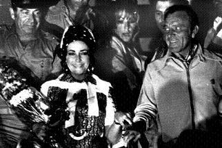 Elizabeth Taylor e Richard Burton insieme in un'immagine d'archivio -