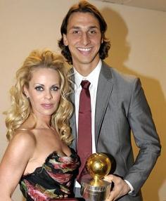 L'attaccante del Milan premiato in patria con la moglie Helena Seger -