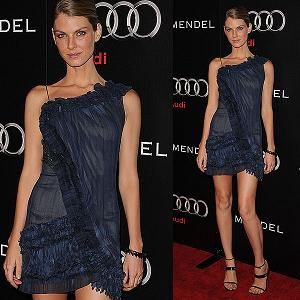 Angela Lindvall, romantica in blu -