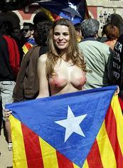 La pornostar Maria Lapiedra manifesta per l'indipendenza della Catalogna -