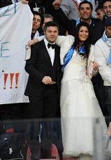 La fantasia dei tifosi napoletani vestiti da sposi -