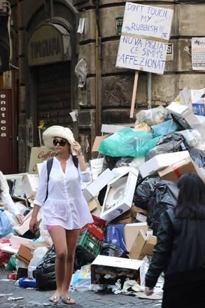 Napoli: Nu' va pigliat ce simm'e affezionat - MUNNEZZ -