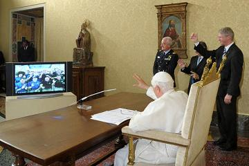 Benedetto XVI in collegamento con astronauti nello spazio -
