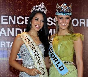I sorrisi radiosi di Miss Indonesia e Miss Mondo -