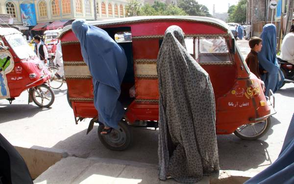 Herat, donne in burqa escono da risciò in via shopping -