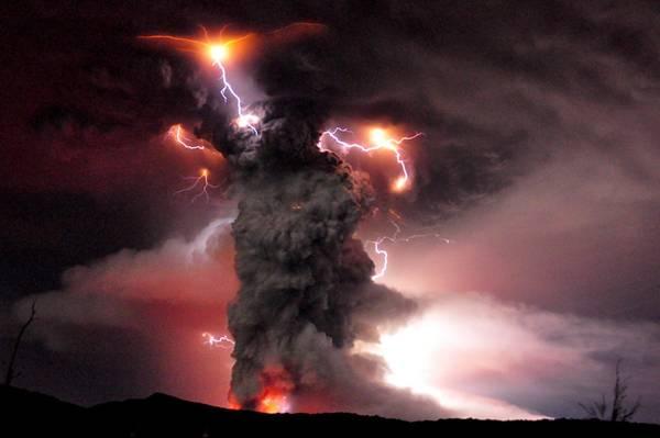 Cile, eruzione vulcano Puyehue e' anche uno show di colori -