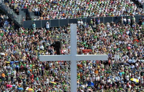 Croci e folle: a Dresda congresso della chiesa evangelica -