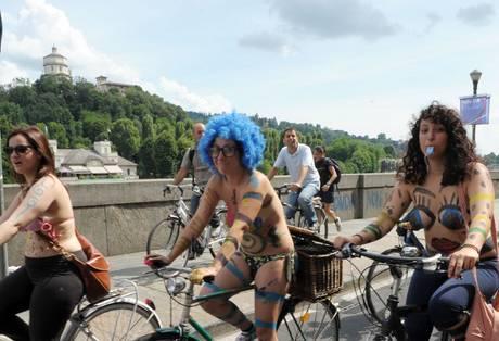 Nudi in bicicletta per dire 'no' all'auto 2011 -