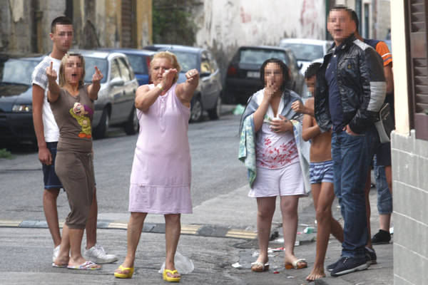 Napoli, gestacci ai fotografi dopo arresto camorristi -