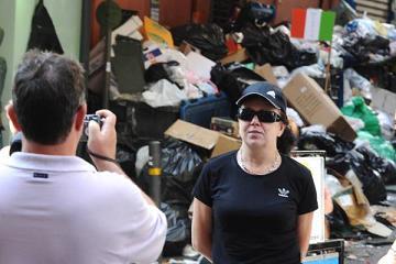 Napoli: tricolore sui rifiuti, c'e' chi scatta foto-ricordo -