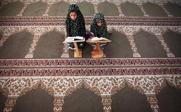 Bambine palestinesi leggono il Corano -