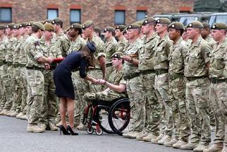 Kate consegna medaglie ai soldati -