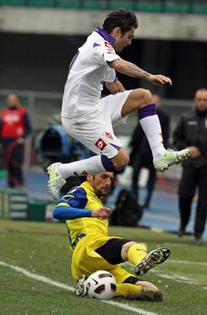 Adrian Mutu (in alto) e' passato dalla Fiorentina al Cesena -