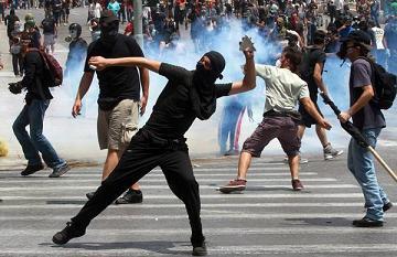 Sciopero paralizza Grecia, scontri in piazza con polizia -