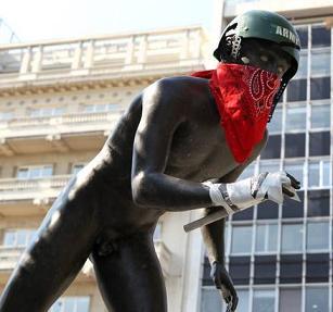 Crisi in Grecia, a Atene anche nudi invitati a lottare -