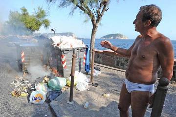 A Napoli, si va in spiaggia passando tra i rifiuti in fiamme -