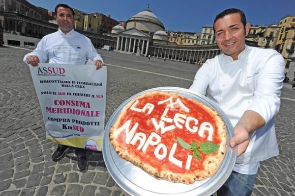 A Napoli magliette e gadget anti Lega -