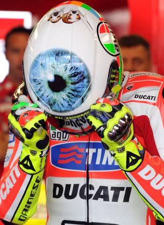 Valentino Rossi, della Ducati, mostra il nuovo casco -