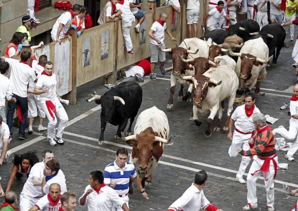 Spagna, corsa dei tori a festa San Firmino a Pamplona -