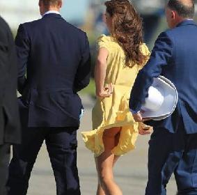 Kate alle prese con una folata di vento -