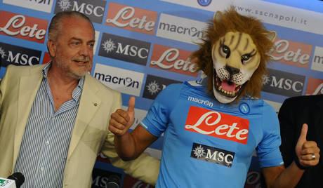 Il neo acquisto del Napoli Gokhan Inler con il presidente Aurelio De Laurentiis -