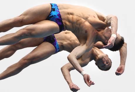 Gli uomini volanti di Shanghai - Il lancio dal trampolino di due atleti -
