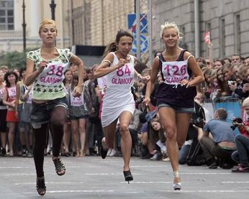 Follie d'estate, la corsa sui tacchi a spillo, Caviglie a rischio a San Pietroburgo -