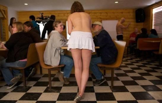 Roma: Un bar molto particolare quello di servire i clienti con camerieri e cameriere in topless -