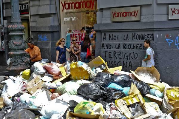 Oggi a Napoli: problematica la 'convivenza' con i rifiuti. A noi la monnezza a voi la ricchezza -