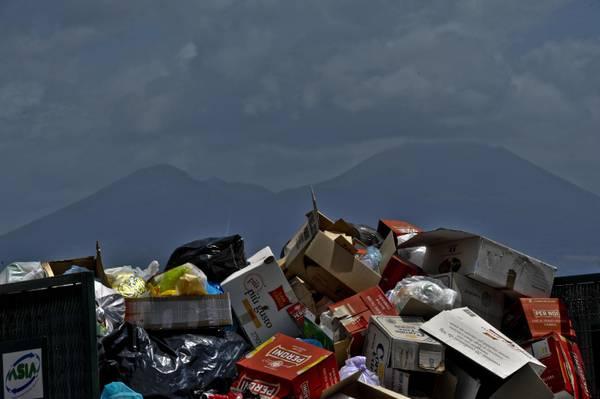 Cumuli di rifiuti in una strada di Napoli -