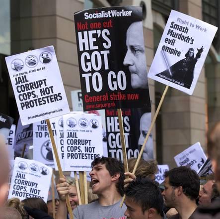 Proteste a Londra davanti alla sede della News Corporation di Murdoch -