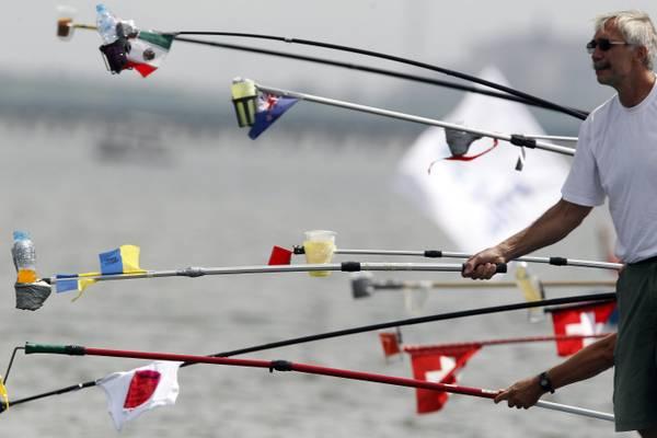 Il rifornimento di liquidi alle nuotatrici durante la 10 km ai campionati mondiali di Shanghai -
