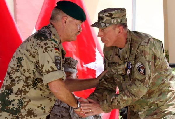 Il generale americano David Petraeus, ha oggi passato il comando al suo successore, il generale amer