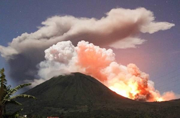 L'eruzione del vulcano Lokon in Indonesia -