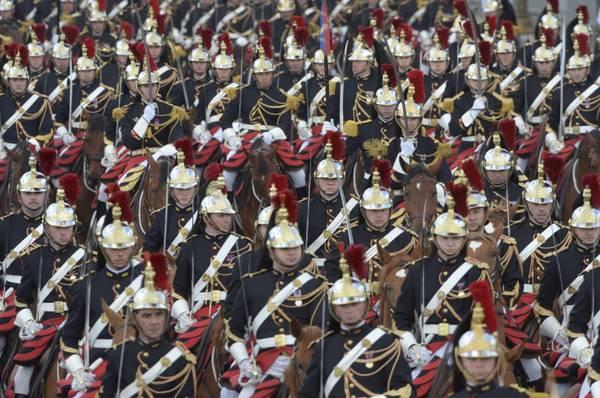 La guardia repubblicana francese sfila lungo gli Champs Elysee per l'anniversario della presa della