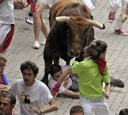 Un toro calpesta uno dei partecipanti alla corsa di San Firmino a Pamplona -