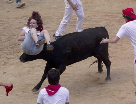 Un toro incorna una ragazza durante la festa di San Firimino a Pamplona -