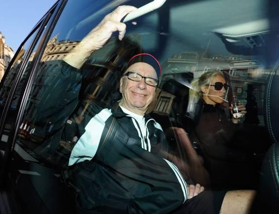 Rupert Murdoch fotografato in macchina a Londra -