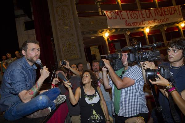 Jovanotti sul palco del teatro Valle occupato -