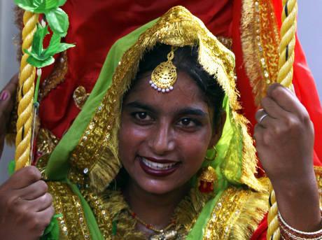Danza dell'amore delle giovani indiane -
