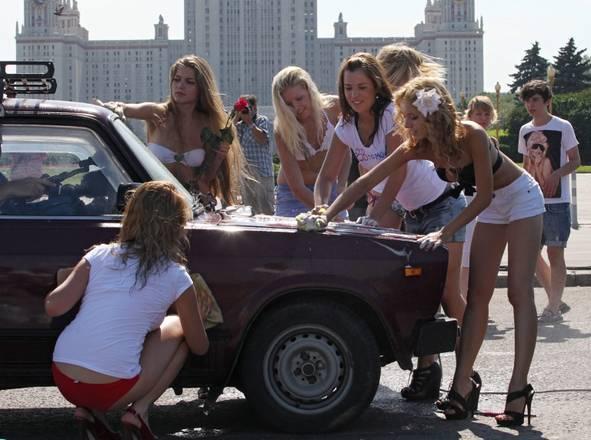 Mosca, attiviste di un gruppo filo-Putin in azione -