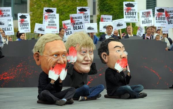 Germania, protesta a Berlino con le maschere dei ministri -