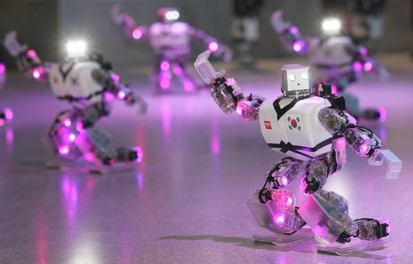Robot durante un'esibizione di taekwondo in Corea del Sud -