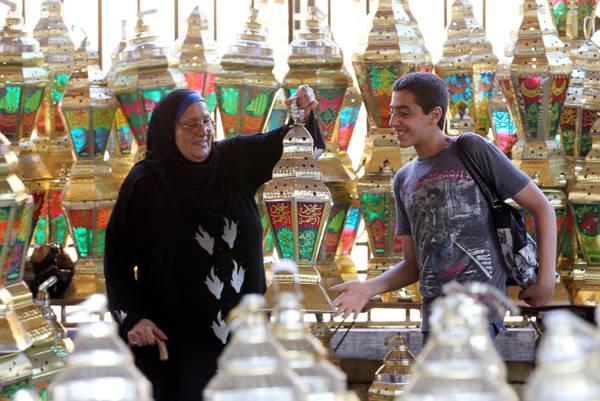 Egitto, preparativi e decorazioni in vista del Ramadan -