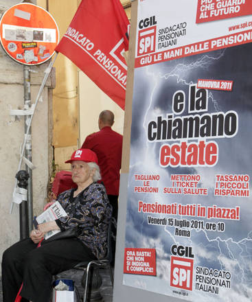 Pensionata Cgil protesta davanti alla Camera -
