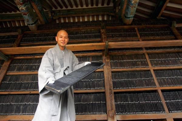 Sud Corea, monaco mostra tavola di legno con scritture sacre -