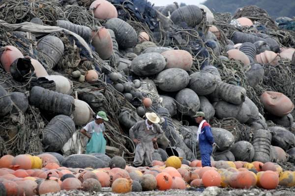 Giappone, dopo sisma e tsunami: pescatori e montagne di reti -