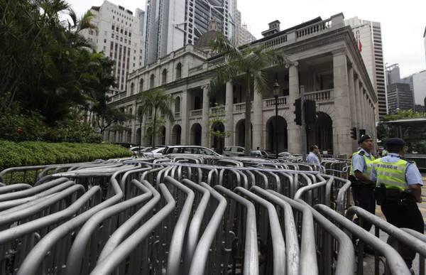 Hong Kong, proteste davanti parlamento: polizia e transenne -