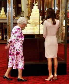 La Regina non si trattiene: orribile mostra abito sposa di Kate -