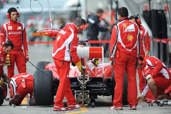 F.1 al Nuerburgring, tutti intorno ad Alonso al box Ferrari -